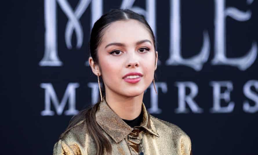 Ca sĩ 17 tuổi người Mỹ gốc Philippines phá kỷ lục nhạc trực tuyến